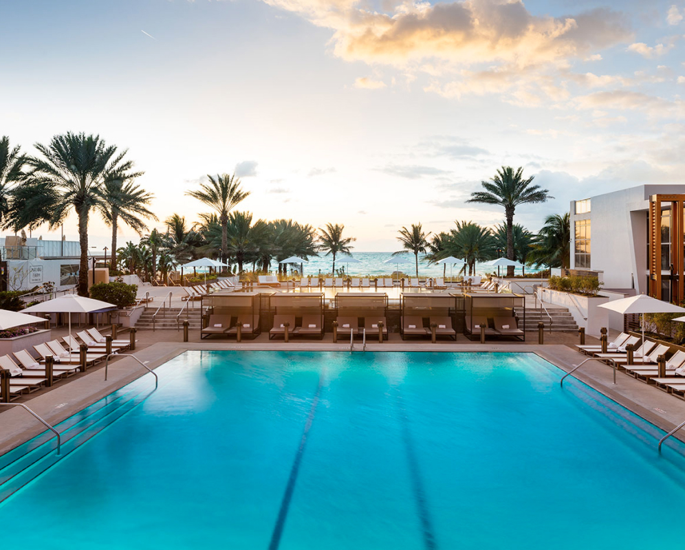 A pool with the ocean in the background at Eden Roc